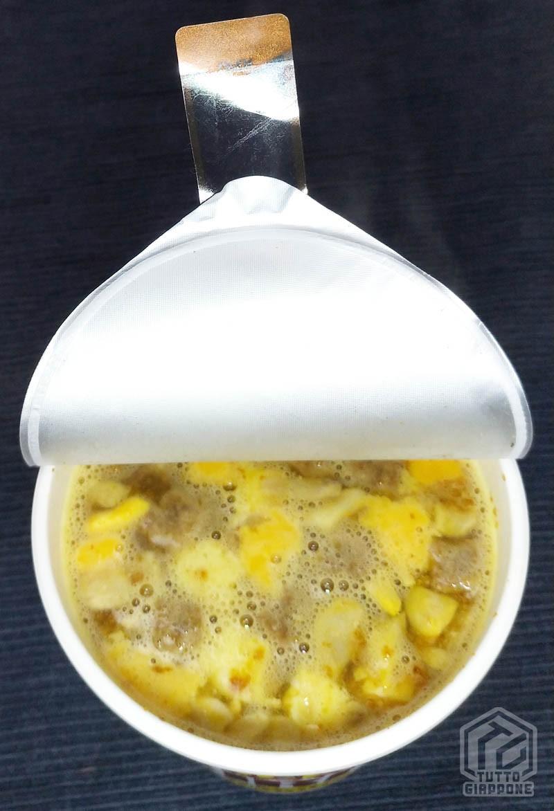 cup noodle aperto con acqua tuttogiappone
